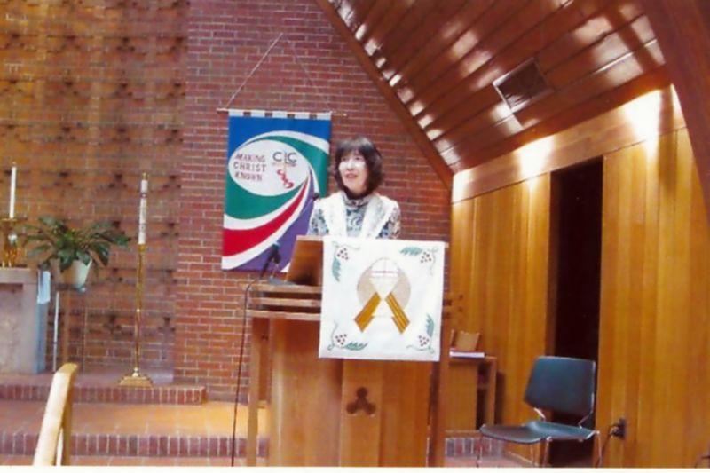米国の教会で講演する下田ひとみさん