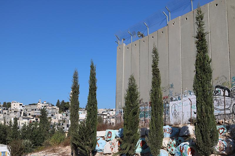 ヨルダン川西岸地区(パレスチナ自治区)のベツレヘムからの眺め。右に見えるのが、イスラエルがヨルダン川西岸地区との境界に建設した「分離壁」(写真:世界教会協議会 / Marianne Ejdersten)