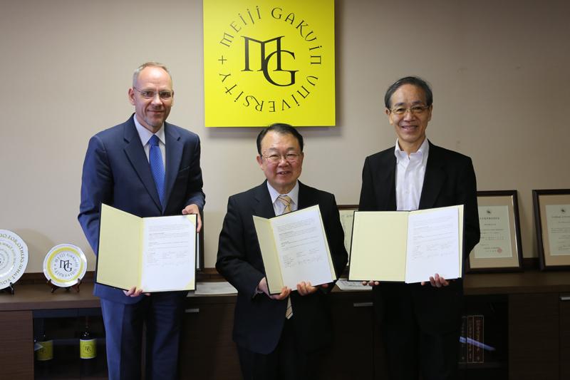 左からダーク・ヘベカー氏、松原康雄氏、滝澤三郎氏(写真:明治学院大学提供)