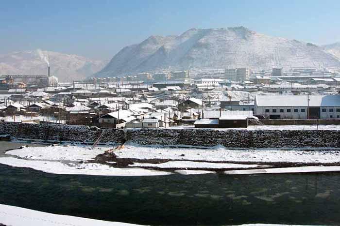 中国吉林省から見た北朝鮮の恵山(ヘサン)市の様子。正面の川は両国の国境となっている川「鴨緑江(おうりょくこう)」=2005年12月(写真:Mimura)