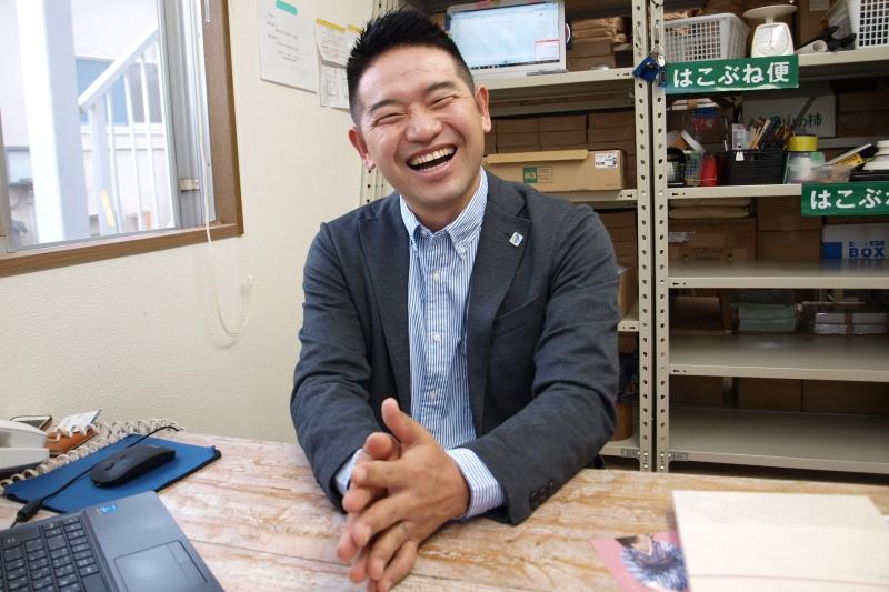 笑顔でインタビューに応じる上原雄平さん=6月13日、東京都八王子市、はこぶね便事務所で