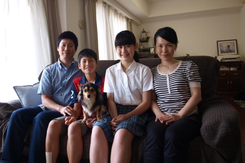 広瀬さんの家族はクリスチャンファミリー。愛犬のエル君も一緒に=6月24日、神奈川県川崎市の自宅で<br /> <br />