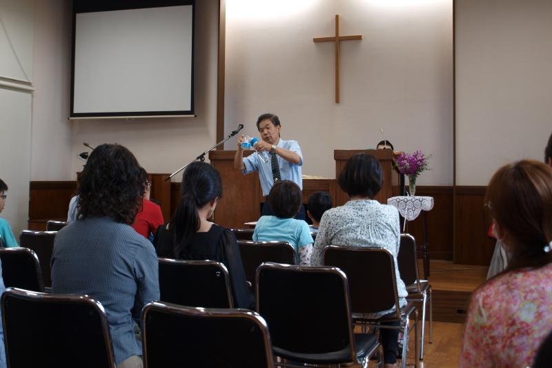 子どもと大人が一緒に礼拝をささげる。子ども向けのメッセージを最初に語る役員の齊藤廣行さん=6月25日、東京都国立市、国立キリスト教会で