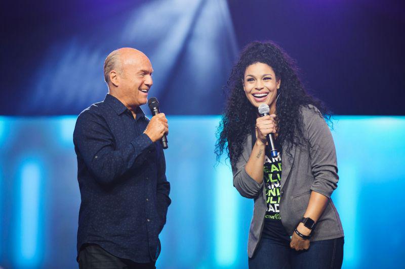 グレッグ・ローリー牧師(左)と米アイドルオーディション番組「アメリカン・アイドル」の優勝者ジョーダン・スパークスさん(写真:ハーベスト・アメリカ)