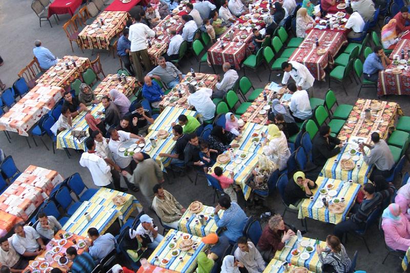 イスラム教徒は約1カ月間にわたるラマダン(断食月)の期間中、夜明けから日没までの間、断食をする。日没後に食べる食事は「イフタール」と呼ばれる。写真はイタフールを食べるため、日没を待つイスラム教徒ら=2005年11月7日、エジプト・カイロで (写真:Otto J. Simon)