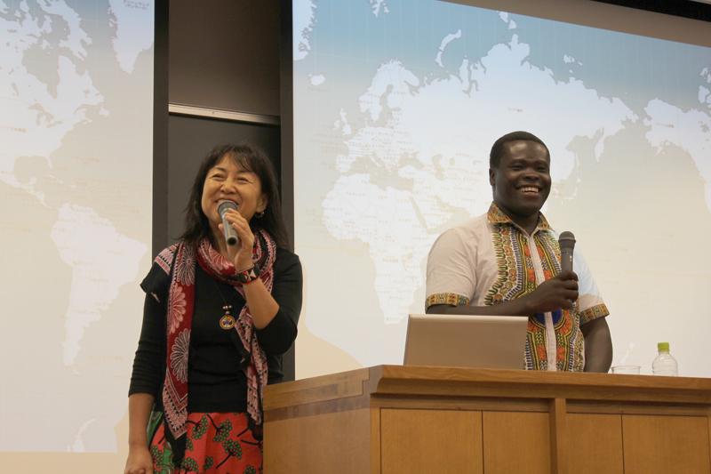 ダン・オチエン校長(右)とマゴソスクール主宰者の早川千晶さん。早川さんは、世界放浪の旅の後、ケニアに定住し、ケニア在住28年。1999年からは日本全国各地でアフリカトーク&ライブのツアーも展開している=6月27日、聖学院大学 (埼玉県上尾市)で