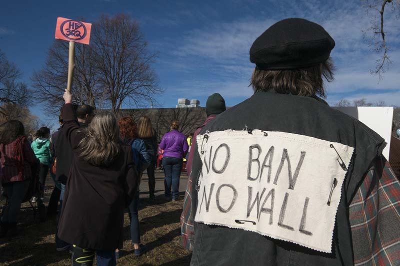 移民や難民への連帯を示し、ドナルド・トランプ大統領の入国禁止政策に反対する人々=2月18日、米ミネソタ州で(写真:Fibonacci Blue)