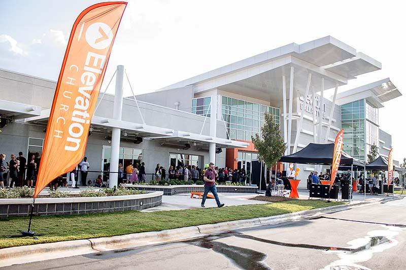 南部バプテスト系のエレベーション教会は、米ノースカロライナ州シャーロットを中心に15のキャンパス(枝教会)を持つメガチャーチ。米アウトリーチ誌によると、昨年の教勢成長率は全米18位、教会出席者数は全米11位だった。(写真:Jaybowser13)