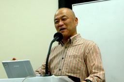 「霊的戦い」について語る滝元順牧師=11日、東京都新宿区のカーネル神学校で
