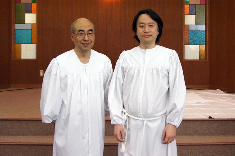 東京フリー・メソジスト小金井教会の宮川浩二主任牧師(左)と、4月16日のイースター(復活祭)に洗礼を受けた藤原礼征さん