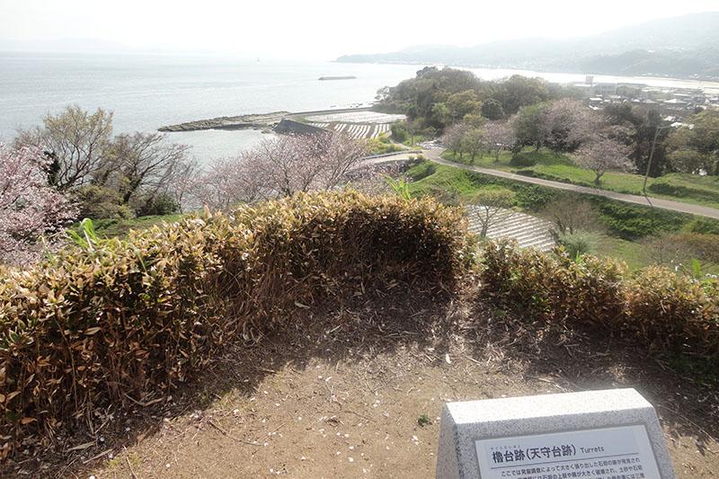 原城の天守閣があったとされる場所から島原湾を望む