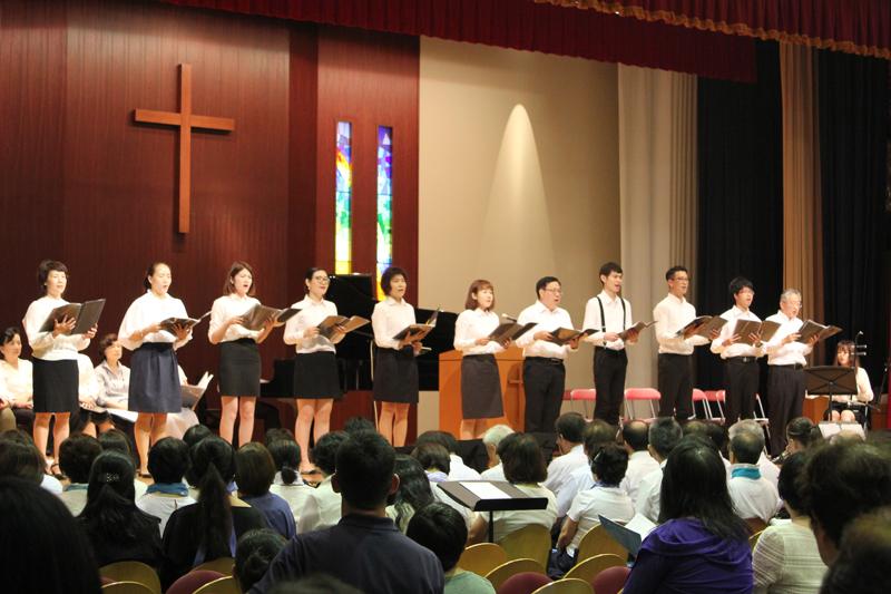 在日華人クリスチャンセンターは、世界中のクリスチャンに愛唱されている「アメージング・グレイス」を、中国伝統楽器である二胡も伴奏に加え、中国語で歌った=8日、玉川聖学院谷口ホール(東京都世田谷区)で