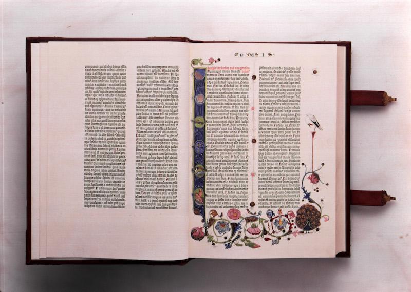 15世紀、グーテンベルクが活版印刷技術を用いて印刷した西洋初の印刷聖書『42行聖書』(写真:聖書図書館提供)<br />