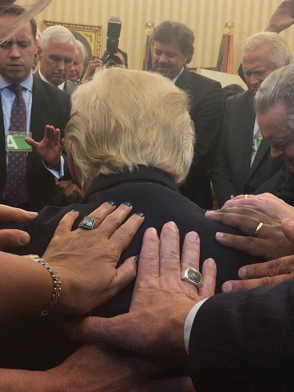 ドナルド・トランプ米大統領に手を置いて祈る福音派の指導者ら(写真:ジョニー・ムーア氏のツイッターより)