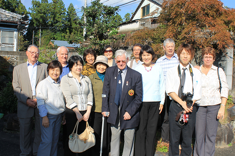中央のサングラスの元兵士の右がホームズ恵子さん(写真:入鹿温泉ホテル瀞流荘提供)
