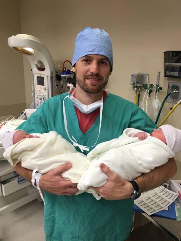 7月10日に生まれた双子を抱えるジェントリー・エディングス牧師(写真:フェイスブックページ「エディングス一家のための祈り」より)<br />