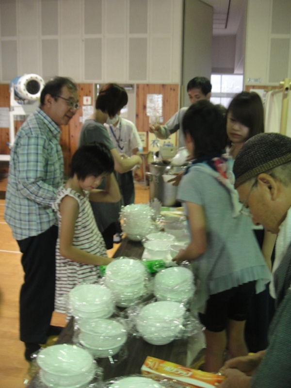 避難所で食事を受け取る人たち。(写真:神戸国際支縁機構提供)