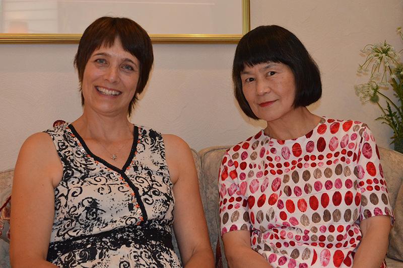 ルツ・ダブソンさん(左)とアガペーワールド代表のホームズ恵子さん(右)