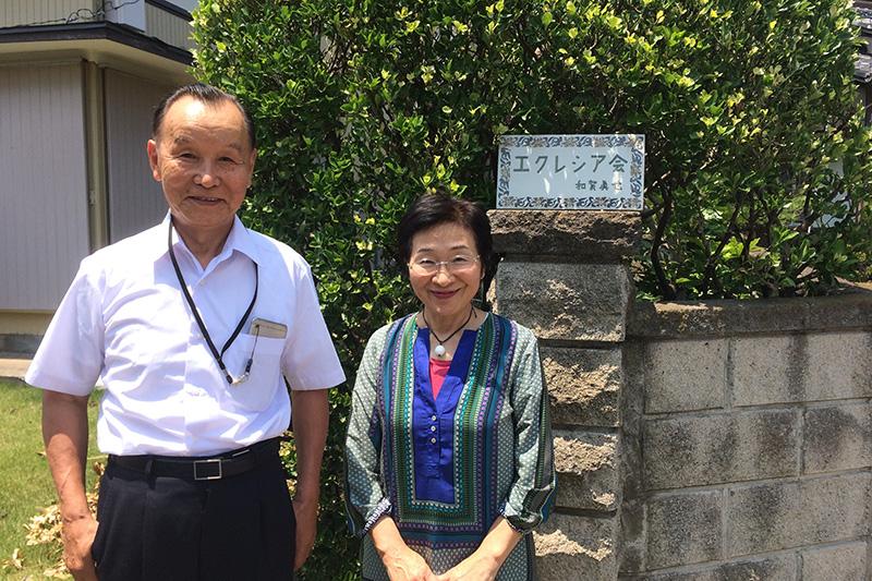 和賀真也牧師と笑顔で対面する桑田尚子さん=千葉県袖ケ浦市で