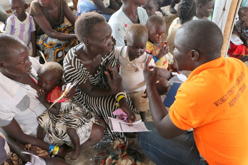 ウガンダのビディビディ難民居住区で南スーダンから逃れてきた難民の登録をするワールド・ビジョンのスタッフ(写真:ワールド・ビジョン)