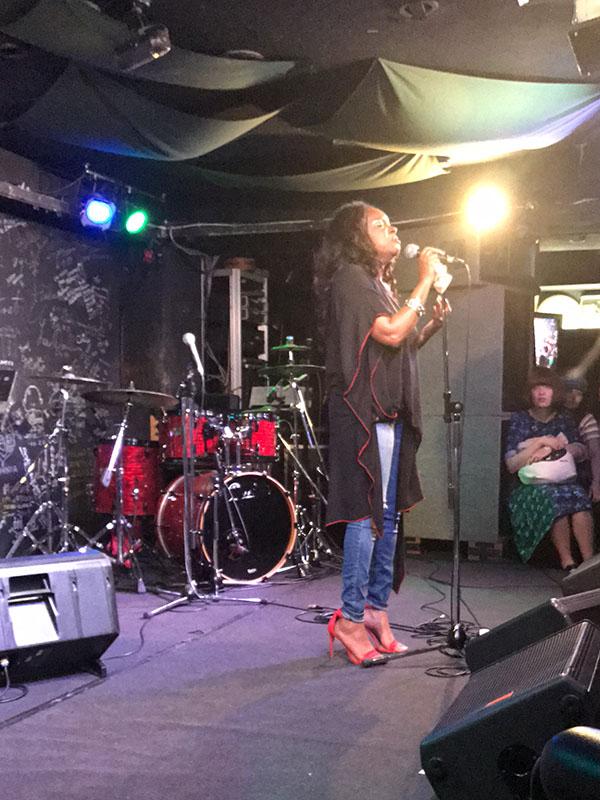 7月の日本ツアーで熱唱するチャリティ・ロックハート