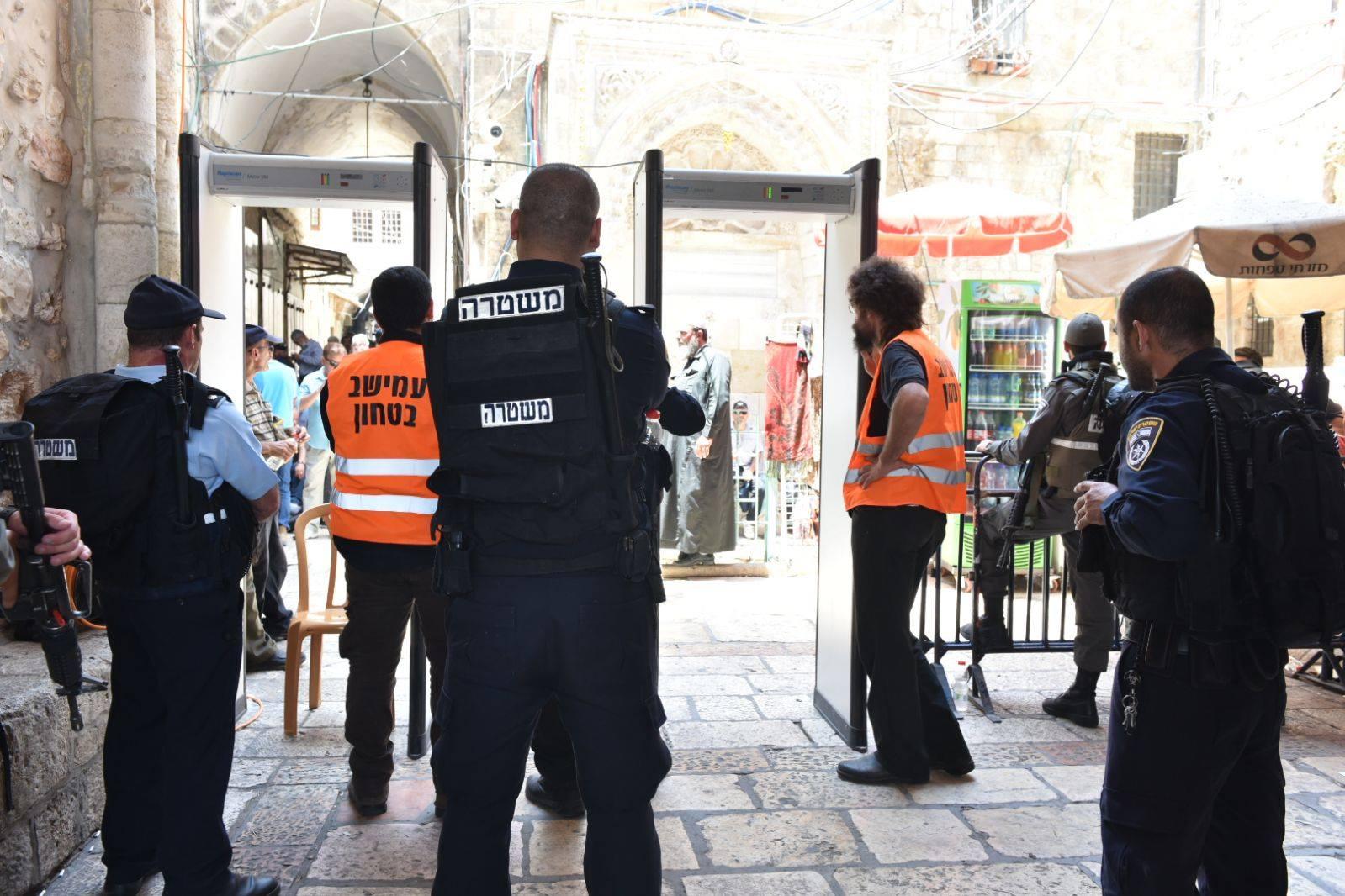 「神殿の丘」の入り口に設置されていた金属探知機(写真:イスラエル警察)<br />