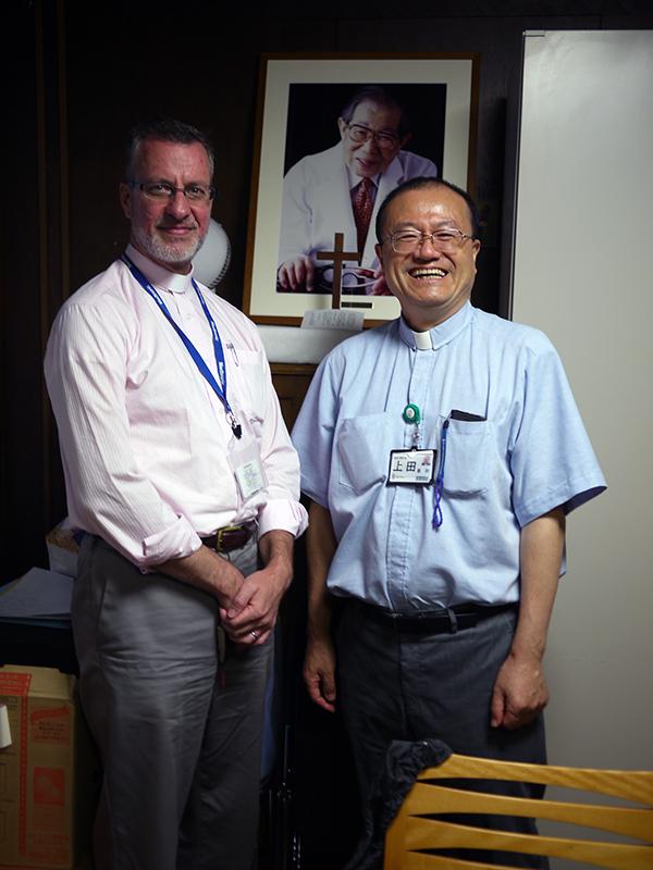 ケビン・シーバー司祭(左)と上田憲明司祭=26日、聖ルカ礼拝堂(東京都中央区)で