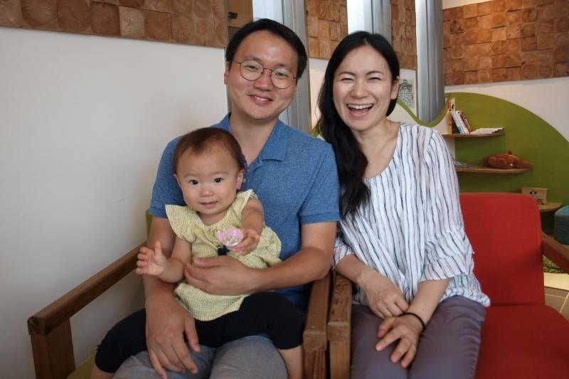 キム・セジュンさん、須貝真己子さん、娘のアリンちゃん=7月21日、埼玉県所沢市で