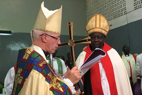 カンタベリー大主教ジャスティン・ウェルビー(左)と、スーダン聖公会初の大主教に任命されたエゼキエル・コンドー・クミール・クク首座主教=7月30日(写真:ACNS)<br />