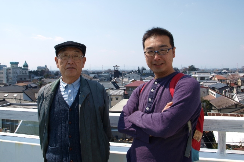 43年間牧会を続けるベテラン牧師である荒木寛二さんと息子で一級建築士の荒木牧人さん=4月4日、埼玉県川越市で