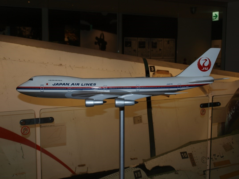 日本航空123便と同型機の模型=9月8日、東京都大田区羽田空港、日本航空安全啓発センターで。