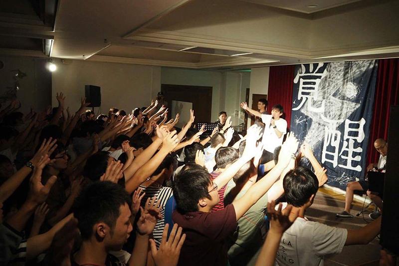 手を挙げて心から主を賛美する若者たち