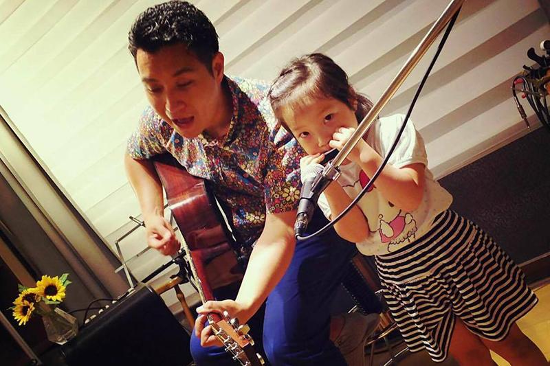 娘と演奏する佐藤史和さん