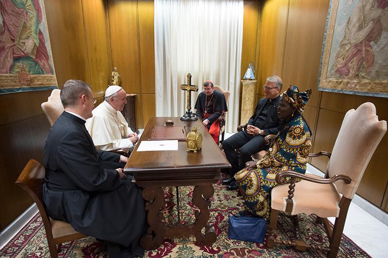 ローマ教皇フランシスコ(左上)と会談する世界教会協議会(WCC)のアグネス・アブオム中央委員会議長(右下)とオラフ・フィクセ・トヴェイト総幹事(右上)=8月23日、バチカン(ローマ教皇庁)で(写真: Francesco Sforza / Vatican Photographic Service)