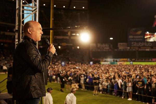 決心者を前に話すグレッグ・ローリー牧師=8月19日、エンゼル・スタジアム(米カリフォルニア州アナハイム)で