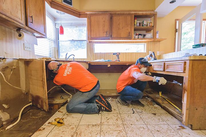 ハリケーン「ハービー」による洪水の被害に遭った住宅の修復作業をするサマリタンズ・パースのボランティアたち(写真:サマリタンズ・パース)
