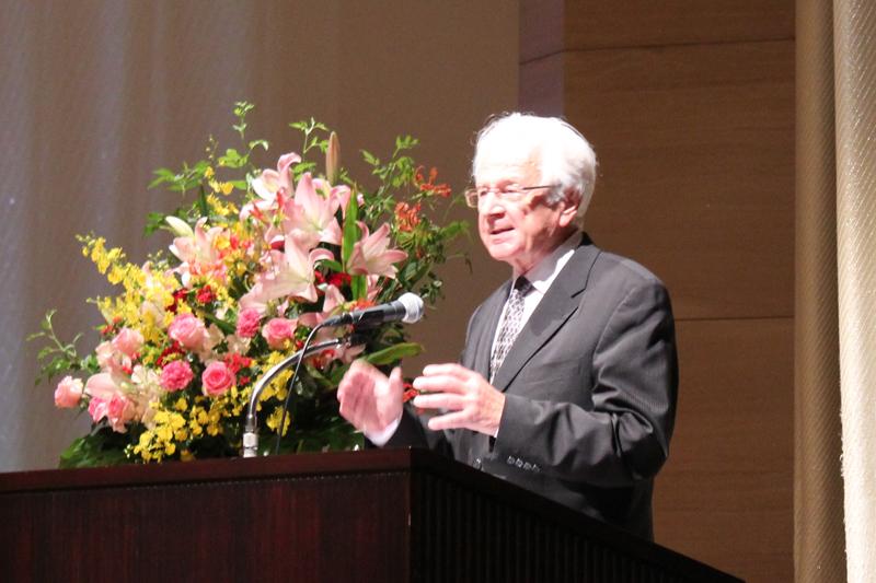 講演者のマールブルク大学名誉教授のハンス=マルティン・バルト氏=18日、有楽町・朝日ホール(東京都千代田区)で