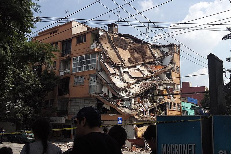 メキシコ市内にある地震で一部が崩れた建物=19日(写真:AntoFran)