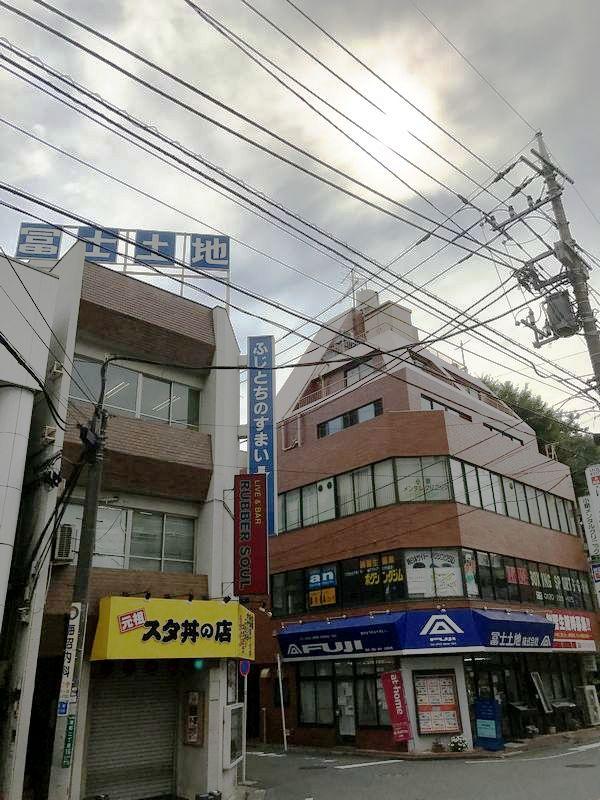JR国分寺駅南口から歩いて2分のところにある冨士土地の本社ビル