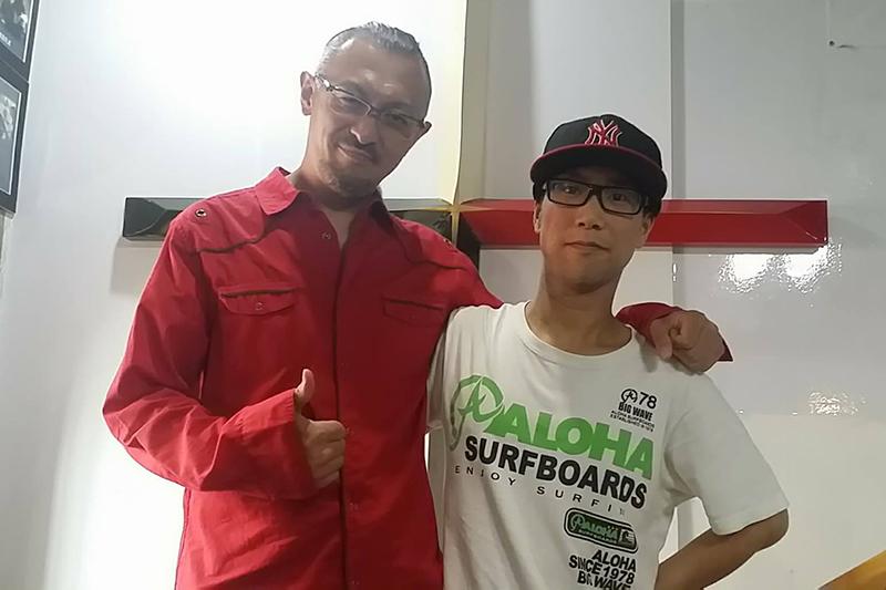 進藤龍也牧師(左)と小林正明さん。少しずつだが、教会のメンバーとも話をするようになった。