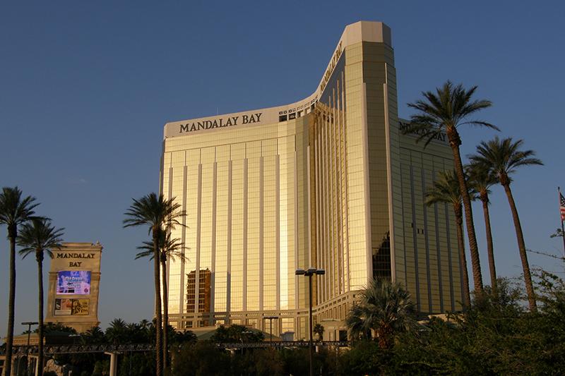ラスベガス中心街にあるホテル「マンダレイ・ベイ」=2009年6月11日撮影。犯人はこのホテルの32階から、カントリーミュージックの音楽祭が行われていた野外会場に向けて自動小銃を乱射したとされている。(写真:Dan4th Nicholas)