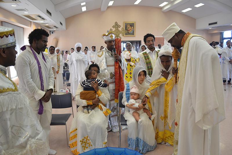 洗礼機密にあずかる2人の子ども=1日、「幼きイエス会ニコラ・バレ」(東京四谷)で