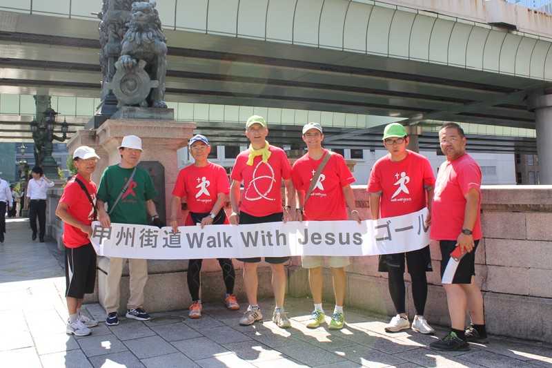 最終地点の日本橋に立つWWJのメンバーたち=9月29日、日本橋(東京都中央区)で