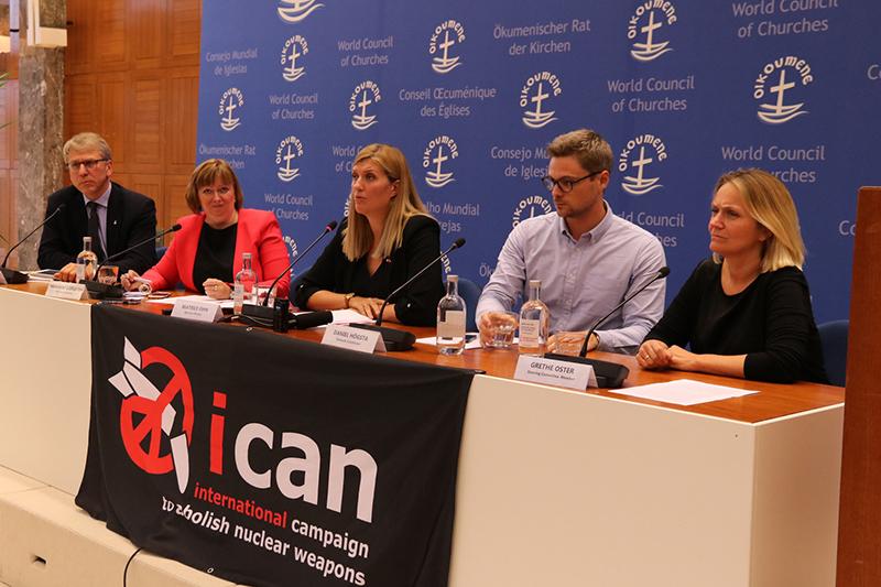 記者会見する「核兵器廃絶国際キャンペーン」(ICAN)と世界教会協議会(WCC)の関係者。中央がICANのベアトリス・フィン事務局長、左端がWCCのオラフ・フィクセ・トヴェイト総幹事=6日、エキュメニカル・センター(スイス・ジュネーブ)で(写真:WCC / Ivars Kupcis)<br />