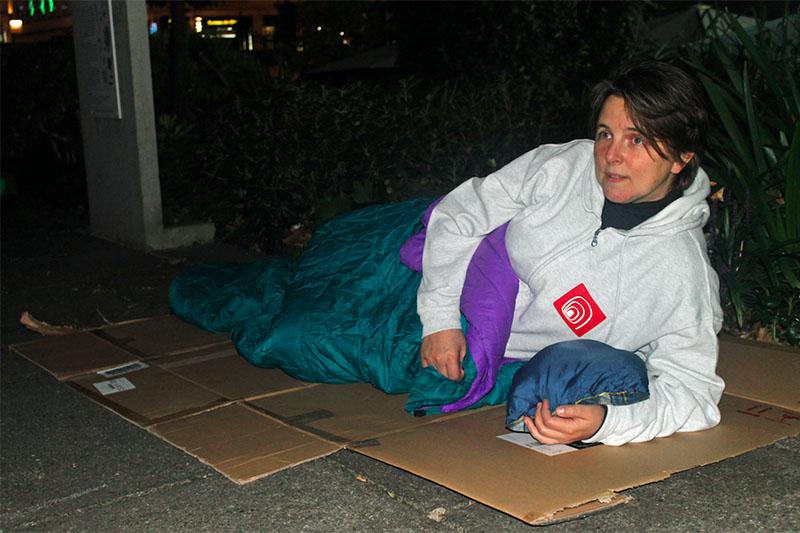 ホームレス支援の募金を集めるため、自ら路上で夜を過ごすピカデリー聖ジェームス教会(英国国教会)のルーシー・ウィンケット牧師(写真:ウェスト・ロンドン・ミッション=WLM)