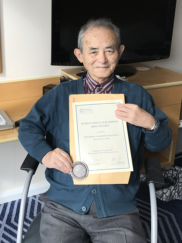 「バーキット・メダル」と賞状を持つ村岡崇光氏=9月27日、英ロンドン市内のホテルで(写真:同氏提供)