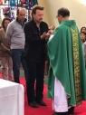教会のミサに突然U2のボノ出現、コロンビアで公演翌日に