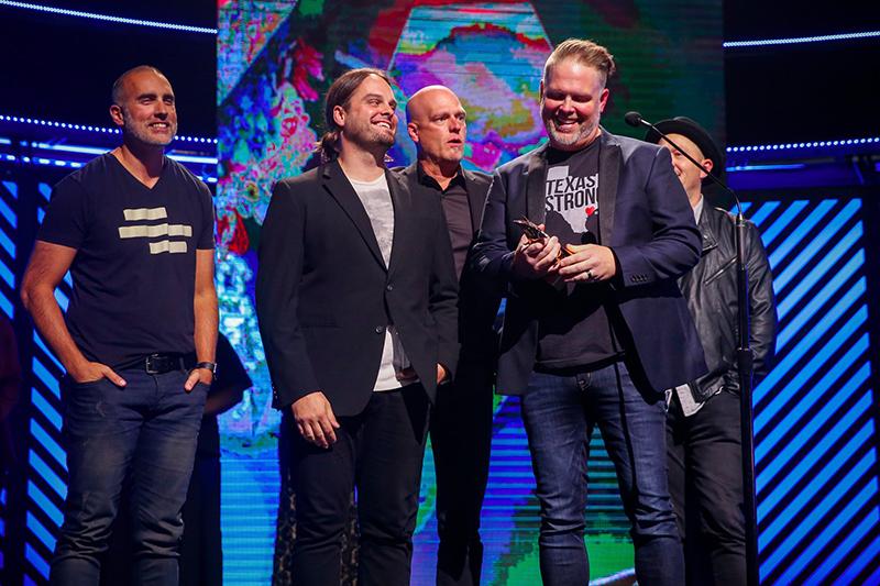 2017年のドーブ賞で、最優秀アーティスト賞と最優秀アルバム賞(ポップ・コンテンポラリー部門)で受賞した男性5人組のCCMバンド「マーシーミー(MercyMe)」。トロフィーを持っているのが、バンドリーダーでボーカルのバート・ミラード。(写真:ドーブ賞の公式ツイッターより)