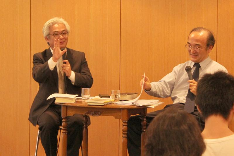 聖書注解について対談を行う平野克己氏(左)と大島力氏=14日、教文館ウェンライトホール(東京都中央区)で