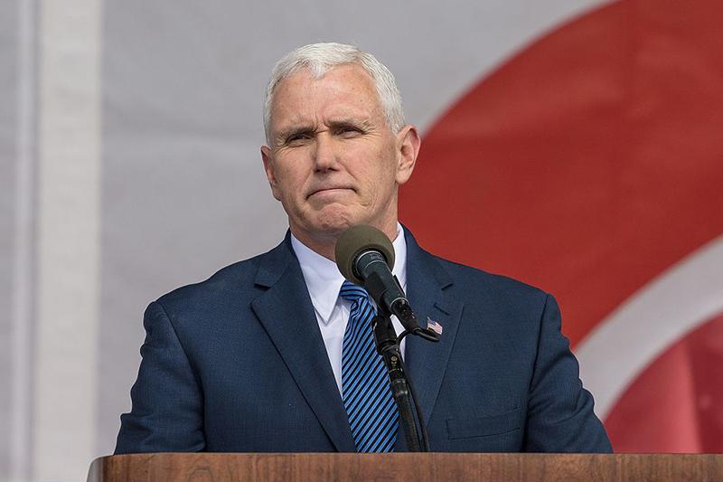 米首都ワシントンで行われた中絶反対運動「マーチ・フォー・ライフ」の集会で講演するマイク・ペンス米副大統領=2017年1月27日(写真:James McNellis)